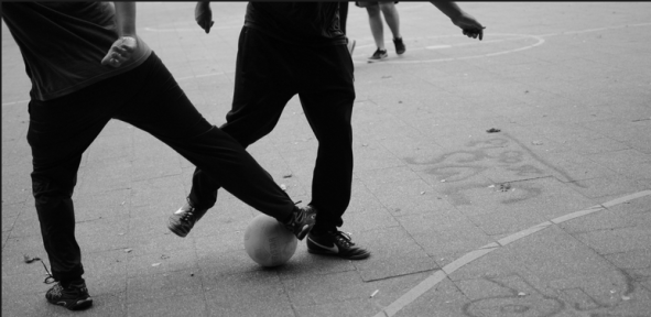 jongens op straat spelen een wedstrijd panna voetbal