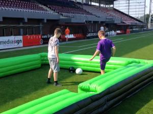 De jongens van FC Emmen spelen een potje biljart voetbal