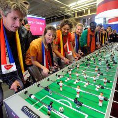 ex-profvoetballers spelen een spelletje tafelvoetabal