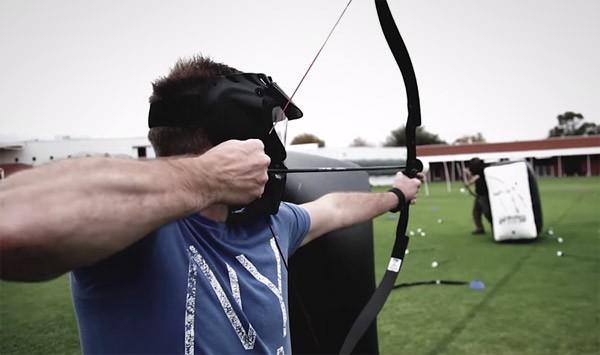 archery voetbal shooter schiet erop los